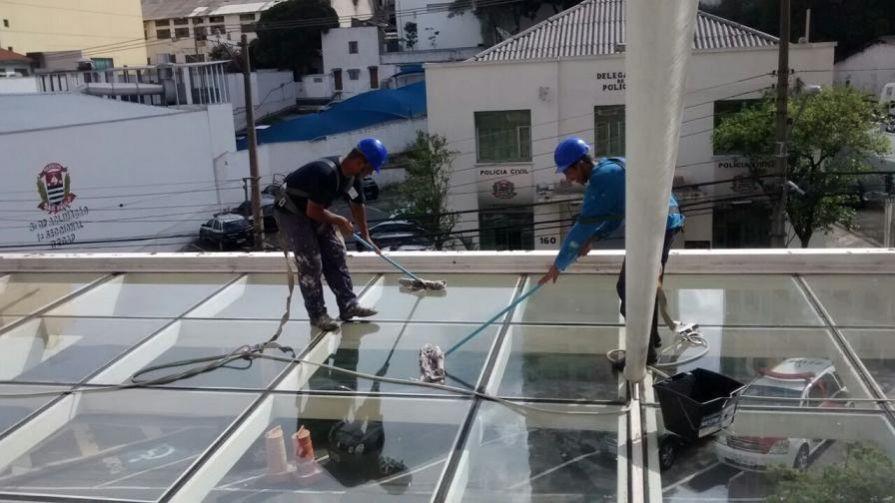 Limpeza de coberturas de vidro e policarbonato