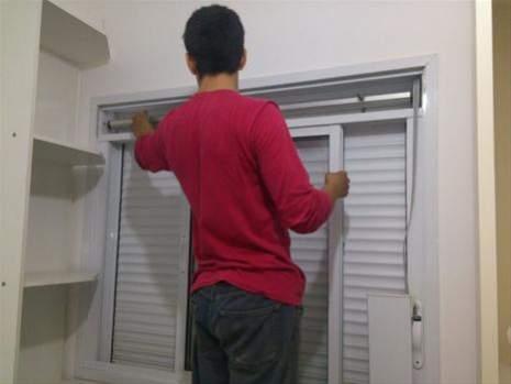 Manutenção em janelas e portas de alumínio com persiana integrada